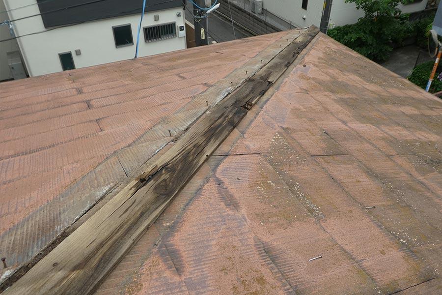 屋根が剥がれている